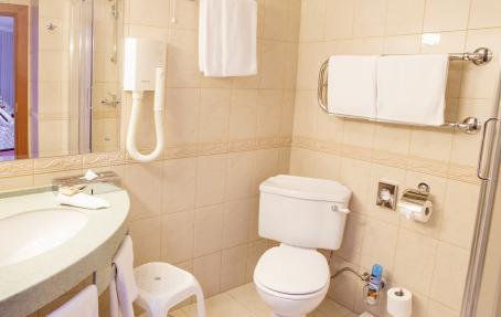 Просторная ванная комната с подогреваемым полом и душевой кабиной