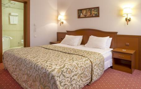 """Удобная кровать в номере """"Апартаменты"""""""