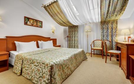 Удобная кровать в номере Люкс