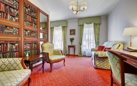 Комфортабельный диван в гостиной